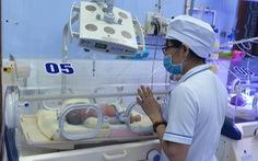 Cứu kịp bé sơ sinh bị bỏ trong túi nilông ven đường