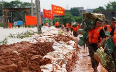 Đêm không ngủ quanh những con đê ngăn lũ ở Trung Quốc