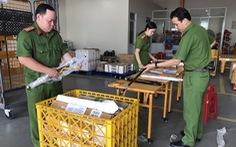 Thu giữ nhiều đao kiếm, công cụ hỗ trợ gửi qua đường bưu điện