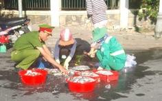 Dễ thương anh công an, chị lao công giúp dân lượm hết mớ cá đổ trên đường
