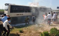 Xe chở khách du lịch bốc cháy, 40 người may mắn được cứu