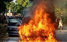 Xe 7 chỗ bốc cháy dữ dội, 4 người thoát nạn