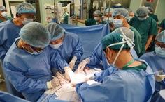 Gần 100 y bác sĩ bắt đầu ca đại phẫu 12 tiếng tách rời cặp song sinh phức tạp nhất Việt Nam