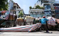 Rác nội thành Hà Nội ùn ứ vì dân chặn xe vào bãi rác Nam Sơn