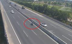 Liều lĩnh chạy xe máy vào đường cao tốc Hà Nội - Hải Phòng