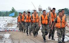 Sợ vỡ đập, Trung Quốc kêu gọi thanh niên trai tráng về quê canh đê, chống lũ