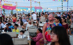 Khách đông nghìn nghịt biển An Bàng trong ngày đầu mở lễ hội biển