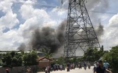 Công ty gỗ gần đường điện cao thế bốc cháy dữ dội, gần 100 cảnh sát ứng cứu