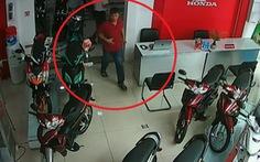 Coi camera mới hay người rơi ví được 1 thiếu niên trả lại là... kẻ trộm xe máy ở đó
