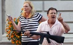 Cặp vợ chồng Mỹ chĩa súng vào người biểu tình đối mặt cáo buộc hình sự