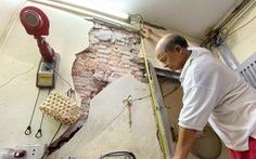 'Chống nạng' ngôi nhà trong phố cổ Hà Nội bị sụp lún do xây khách sạn
