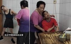 Bé trai bại não bị bỏ rơi, nữ điều dưỡng ẵm về nuôi 42 năm