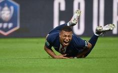Khoảnh khắc chân của Mbappe gập lại sau pha vào bóng của đối thủ