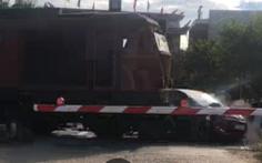 Xe hơi nghi cố vượt đèn tín hiệu qua rào chắn bị tàu lửa kéo lê hàng chục mét