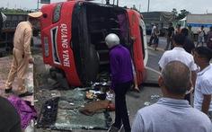 Xe container tông lật ngang xe khách 24 chỗ, 2 người trên xe khách chết trên xe