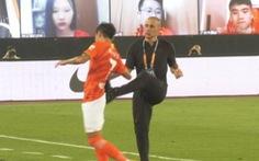 HLV Cannavaro gây tranh cãi khi 'đá yêu' học trò ăn mừng chiến thắng