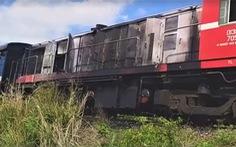 Đầu máy kéo 14 toa tàu khách đi TP.HCM bốc cháy khi đang chạy