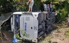 Hiện trường vụ lật xe chở đoàn đi họp lớp, ít nhất 13 người chết