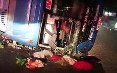 Lại xe khách giường nằm lật nghiêng trên quốc lộ, nhiều người bị thương
