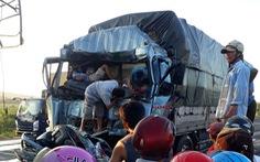 Tông vào đuôi xe dừng chờ đèn đỏ phía trước, tài xế xe tải chết kẹt trong cabin