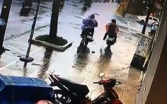 Trộm xe làm rớt chiếc ví, phát hiện có đến... hai nạn nhân?