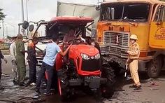 Huy động máy cày giải cứu tài xế xe tải mắc kẹt trong cabin