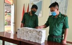 Thấy biên phòng, nhóm buôn lậu chạy bỏ lại bao tải que ngừa thai Hà Lan