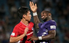 Bùi Tiến Dũng suýt dính trọn đòn trả đũa của ngoại binh Hà Nội FC
