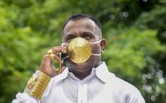 Người đàn ông đeo khẩu trang bằng vàng ròng để ngăn COVID-19