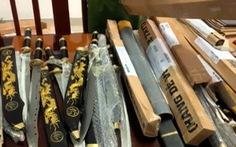 Bên trong những kiện hàng 'dễ vỡ' chứa đầy dao và mã tấu