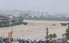 Nhiều người dân bàng hoàng chứng kiến mưa lũ cuốn sập cây cầu cổ ở An Huy