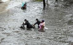 Nếu sửa 'rốn ngập' Nguyễn Hữu Cảnh chậm, chủ đầu tư và nhà thầu phải trả 14,2 tỉ thuê máy bơm