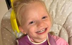 Cô bé dù đau đớn vẫn cười tươi vì mắc 'hội chứng thiên thần'