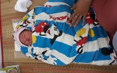 Tiếng khóc nửa đêm của bé trai sơ sinh chưa cắt rốn trước cổng trạm y tế