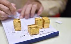 Vàng rớt giá quá nhanh và sốc, công ty lẫn tiệm vàng cạn tiền 'thâu' vàng