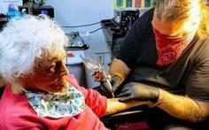 Hết cách ly, cụ bà 103 tuổi ngồi sau môtô đi xăm chú ếch trên tay làm kỷ niệm