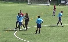 Rút thẻ đỏ, trọng tài bị cầu thủ đấm liên tiếp vào mặt phải nhập viện