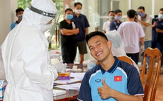 Video U22 Việt Nam kiểm tra y tế và lấy mẫu xét nghiệm COVID-19