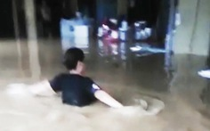 Nhiều nơi tại Quảng Ninh ngập cả mét vì mưa lớn