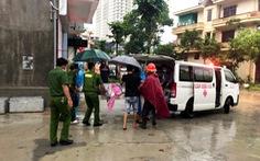 Giải cứu nhiều người dân bị thương và mắc kẹt vì ngập lụt ở TP Hạ Long