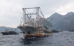 Đội tàu cá khổng lồ của Trung Quốc đang vét cạn đại dương