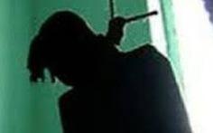 Can phạm xé vỏ chăn bện thòng lọng tự tử trong buồng giam