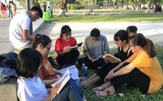 Trạm đọc bên bờ sông Hương