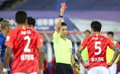 Được 'tha' một lần, tuyển thủ Trung Quốc tiếp tục vào bóng thô bạo rồi lãnh thẻ đỏ