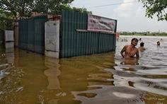 Nước sông Hồng dâng cao, người dân vẫn ra tắm