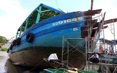 Bắt được tàu cá đâm nghiêng trụ điện trên biển