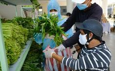 Người nghèo đi chợ miễn phí ở Đà Nẵng, còn được phát khẩu trang