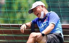 HLV Park Hang Seo cười tít mắt khi coi cộng sự đá bóng