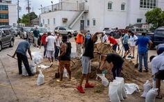 Bão Laura sắp đổ bộ Mỹ, hàng trăm ngàn người vùng ven biển bang Texas, Louisiana sơ tán