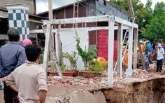 Dông lốc phá hơn 200 căn nhà ở Cần Thơ và Sóc Trăng